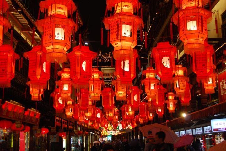 Красные фонарики на Новый год
