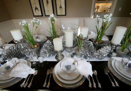 Сервировка новогоднего стола в белом цвете