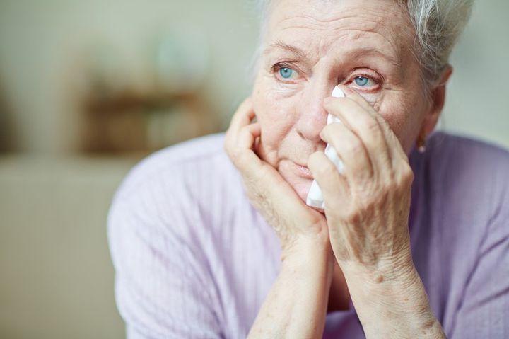 Женщина пенсионер грустит