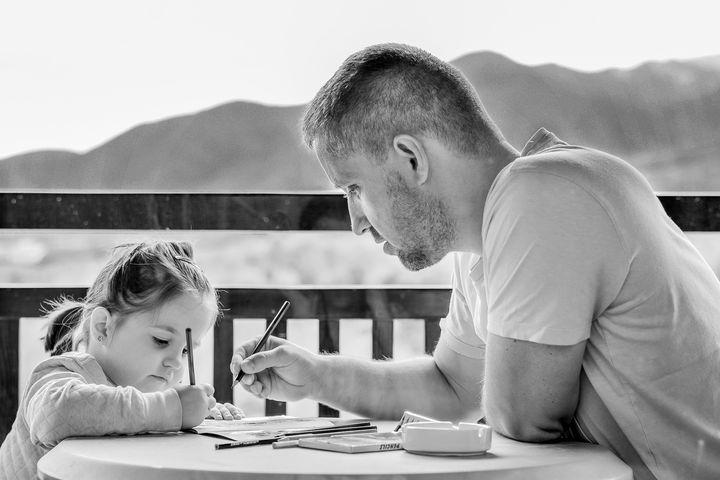 Папа учит уроки с дочерью