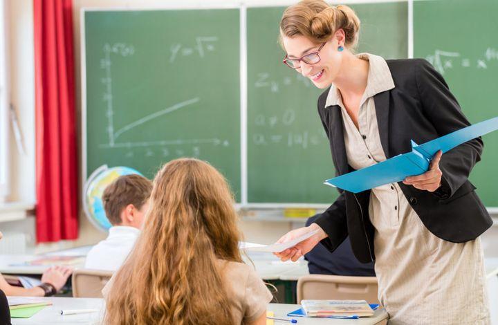 Учитель в классе