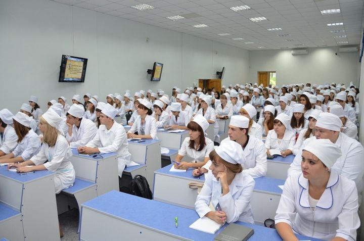 Студенты мединститута на лекции