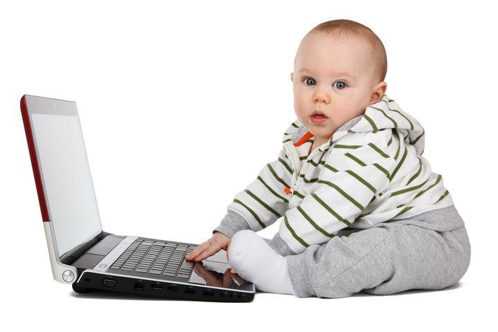 Маленький ребенок с ноутбуком