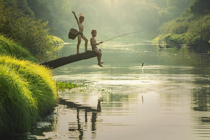 Мальчишки ловят рыбу