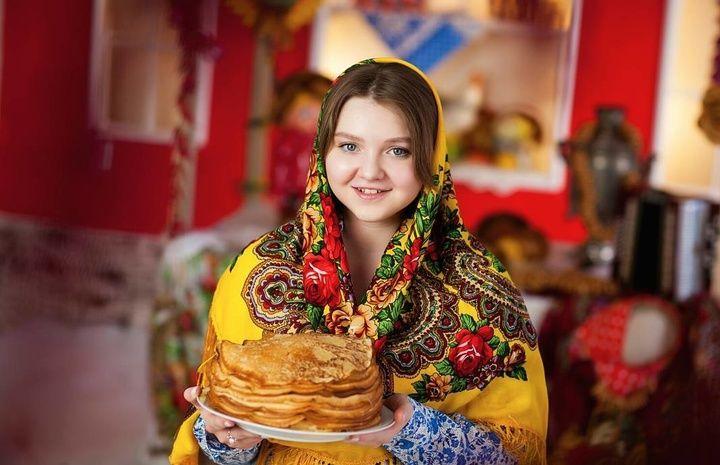 Девушка с тарелкой блинов