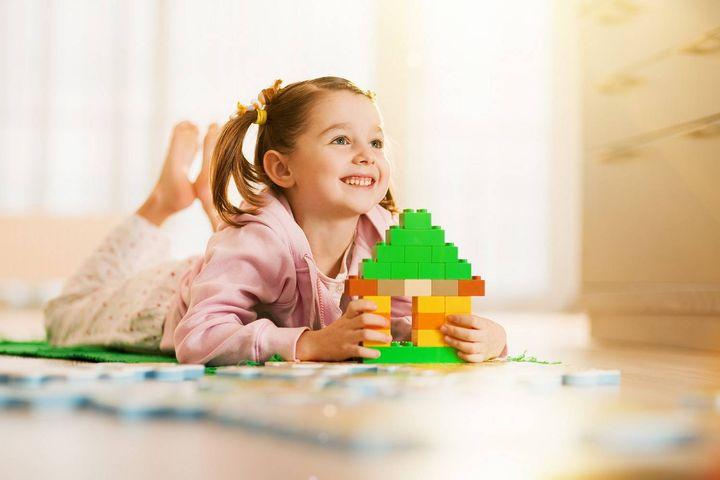 Девочка и домик из конструктора