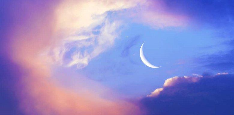 месяц в облаках