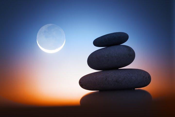 камни на фоне полной луны