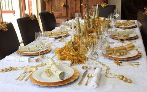 Новогодний стол в бело-золотой гамме на 2020 год