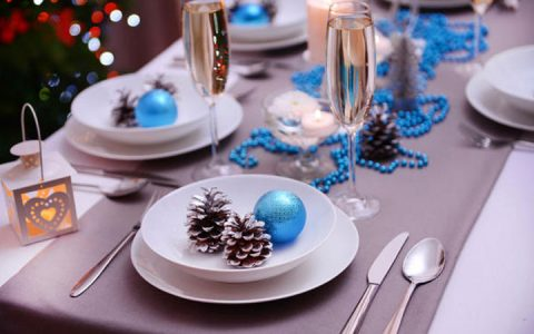 Новогодний стол в сине-серебристых тонах на 2020 год