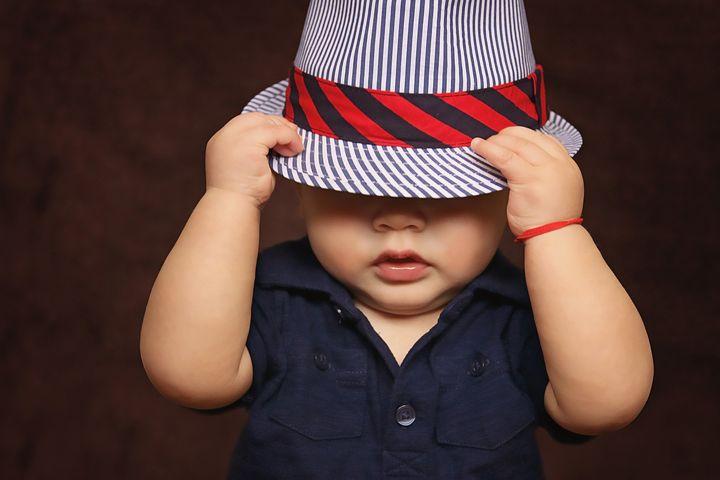 Ребенок в смешной шляпе