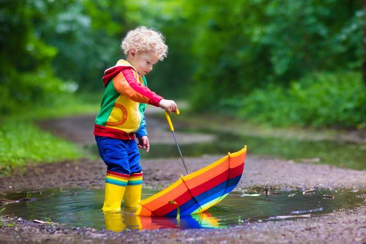 Ребенок гуляет по лужам