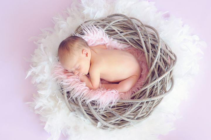Новорожденная девочка в гнездышке