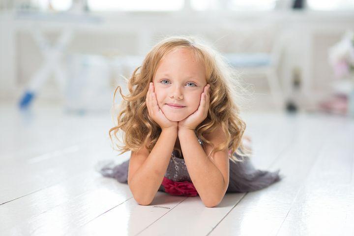 Девочка с кудрявыми волосами