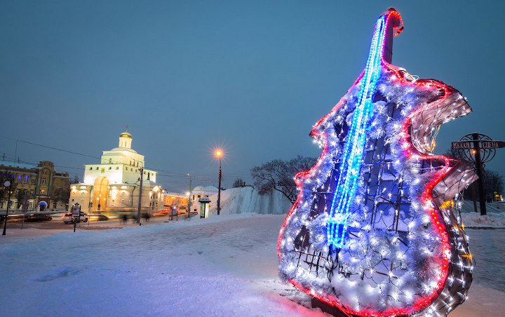 новогодняя декорация на улице суздаля