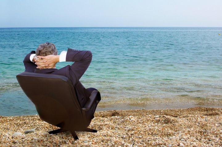 Мужчина в кресле у моря