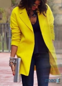 Модное женское пальто в желтых тонах 2019-2020