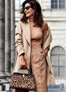 Модное демисезонное бежевое пальто 2019-2020