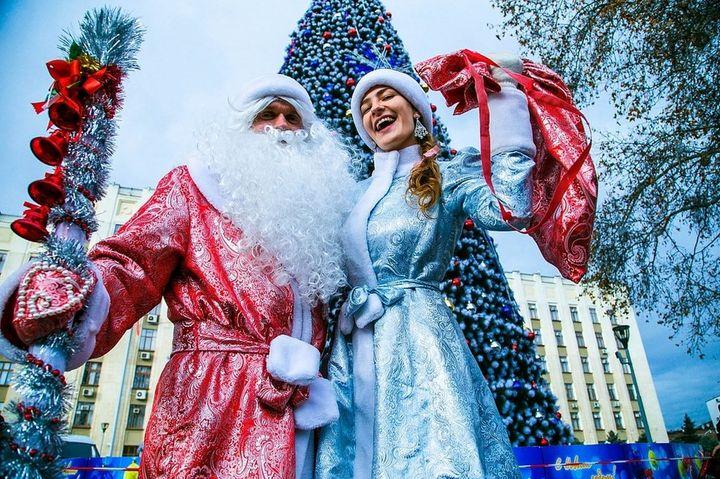 Снегурочка и Дед Мороз у елки