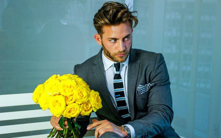 Мужчина с букетом желтых роз