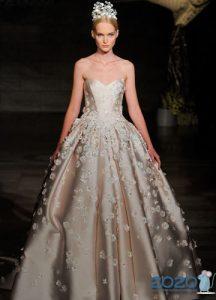 Пышное свадебное платье с оттенком и цветочным декором на 2020 год