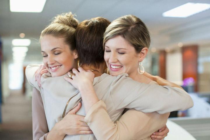 женщины обнимаются