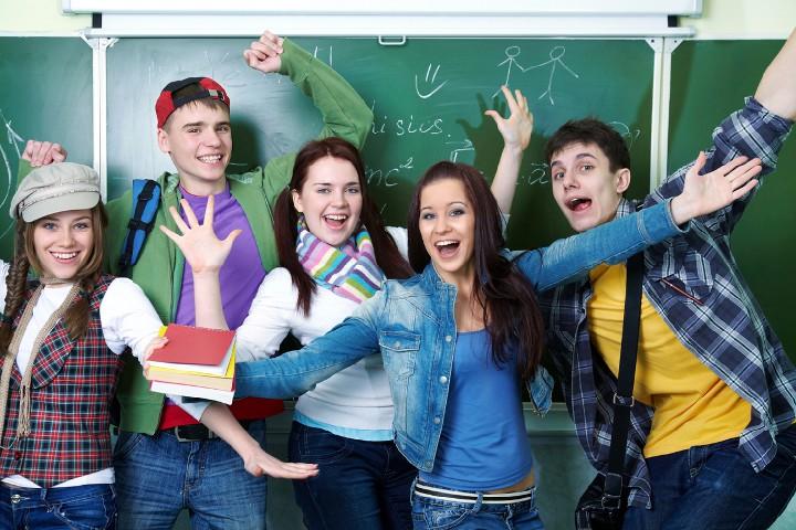 веселые студенты у доски