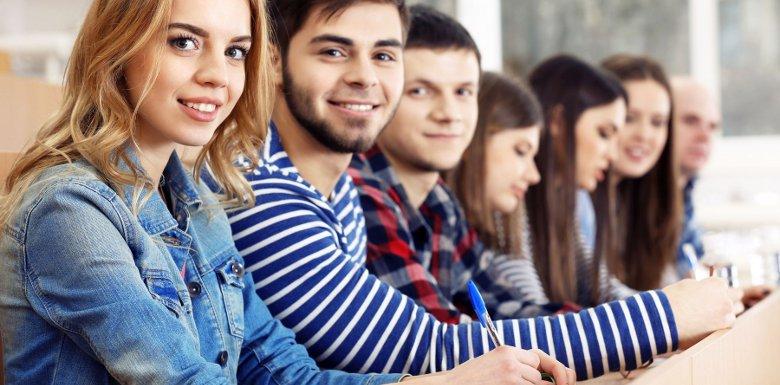 студенты за партой