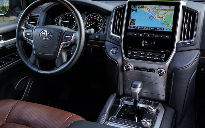 Интерьер Toyota Land Cruiser 2020 года