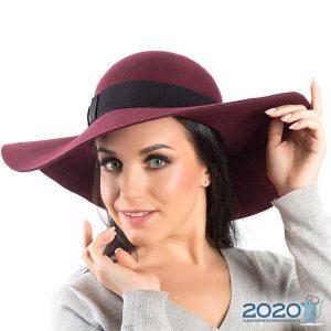 Модная широкополая шляпа