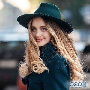 Зеленая широкополая шляпа