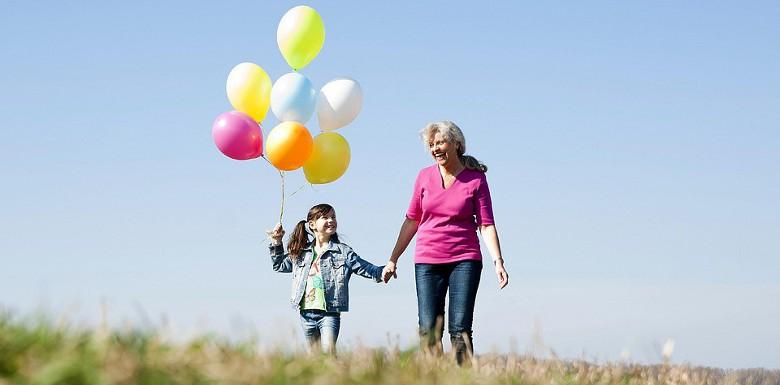 девочка с шариками и бабушкой