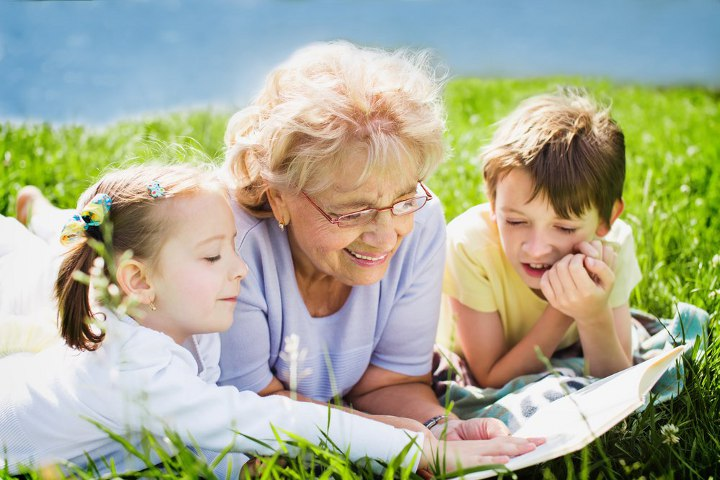 бабушка с внуками на лугу