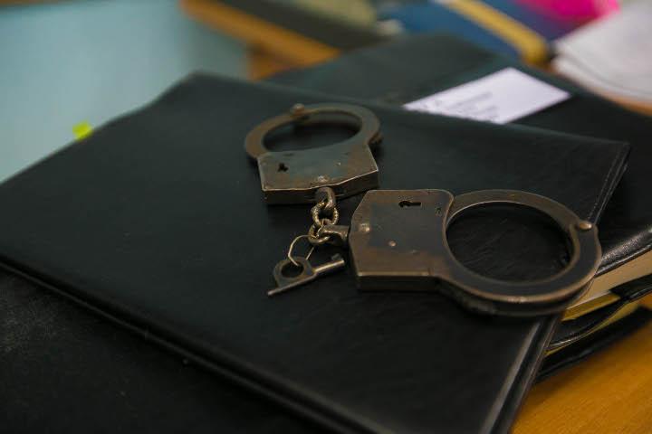 наручники на кожаной папке