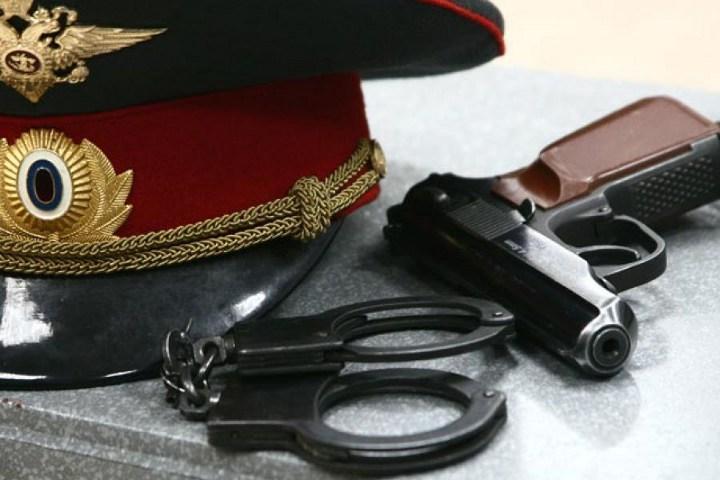 фуражка, пистолет и наручники