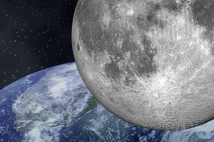 луна на фоне земли