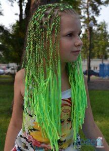 Модные мелкие цветные косы 2020