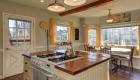 Кухня с островной мебелью мода 2020 года