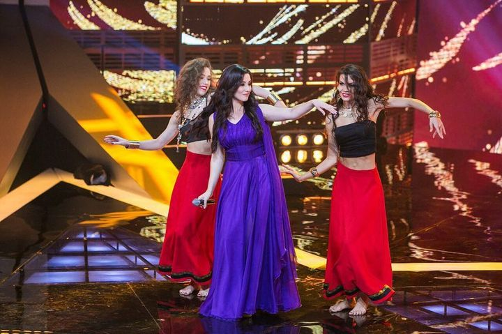 Три девушки танцуют