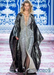 Блестящее новогоднее платье 2020 с высоким разрезом