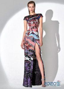 Цветное новогоднее платье 2020 с высоким разрезом