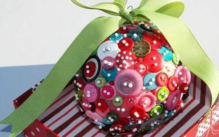 Необычный новогодний шар из пуговиц - украшения для елки на 2020 год
