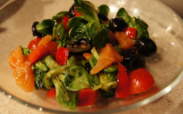 Салат с лососем и оливками на Новый Год 2020
