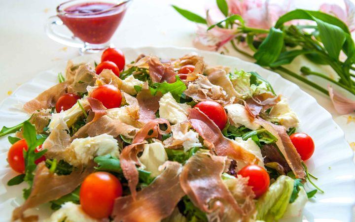 Салат с беконом и помидорами черри