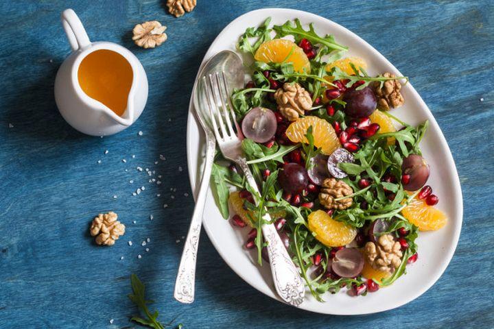 Салат из винограда и руколы