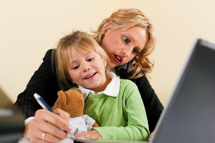 Мама и дочь на работе