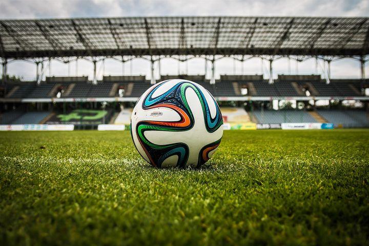 Футбольный мяч на стадион