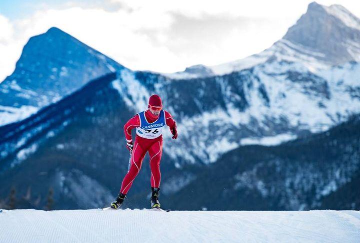 Лыжник во время гонок