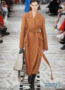Классическое коричневое пальто под пояс мода зимы 2020 года