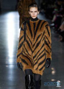 Свитер-платье с анималистическим принтом мода 2020 года
